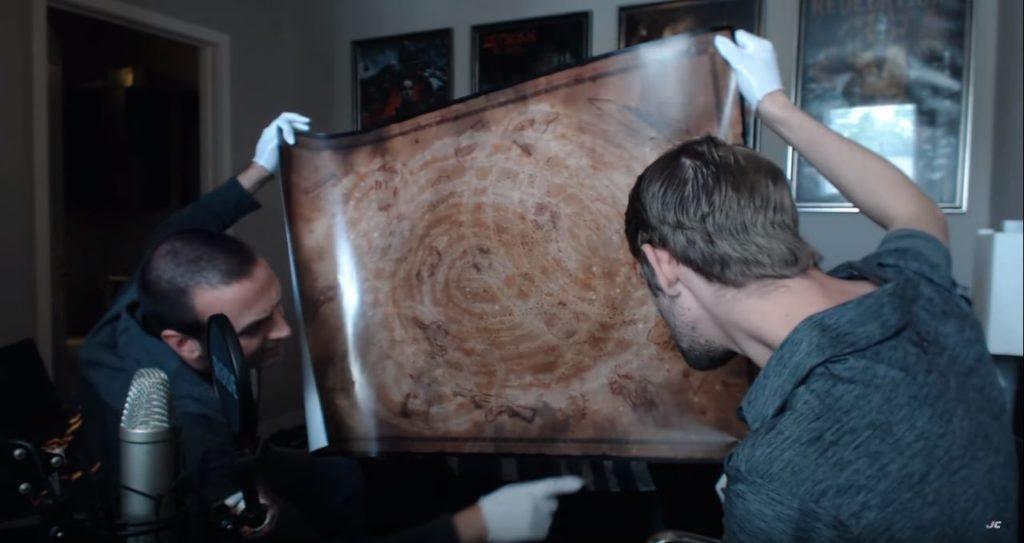 Jason Blundell zeigt das womöglich einzig existierende Exemplar des Zombies Chronicles Posters